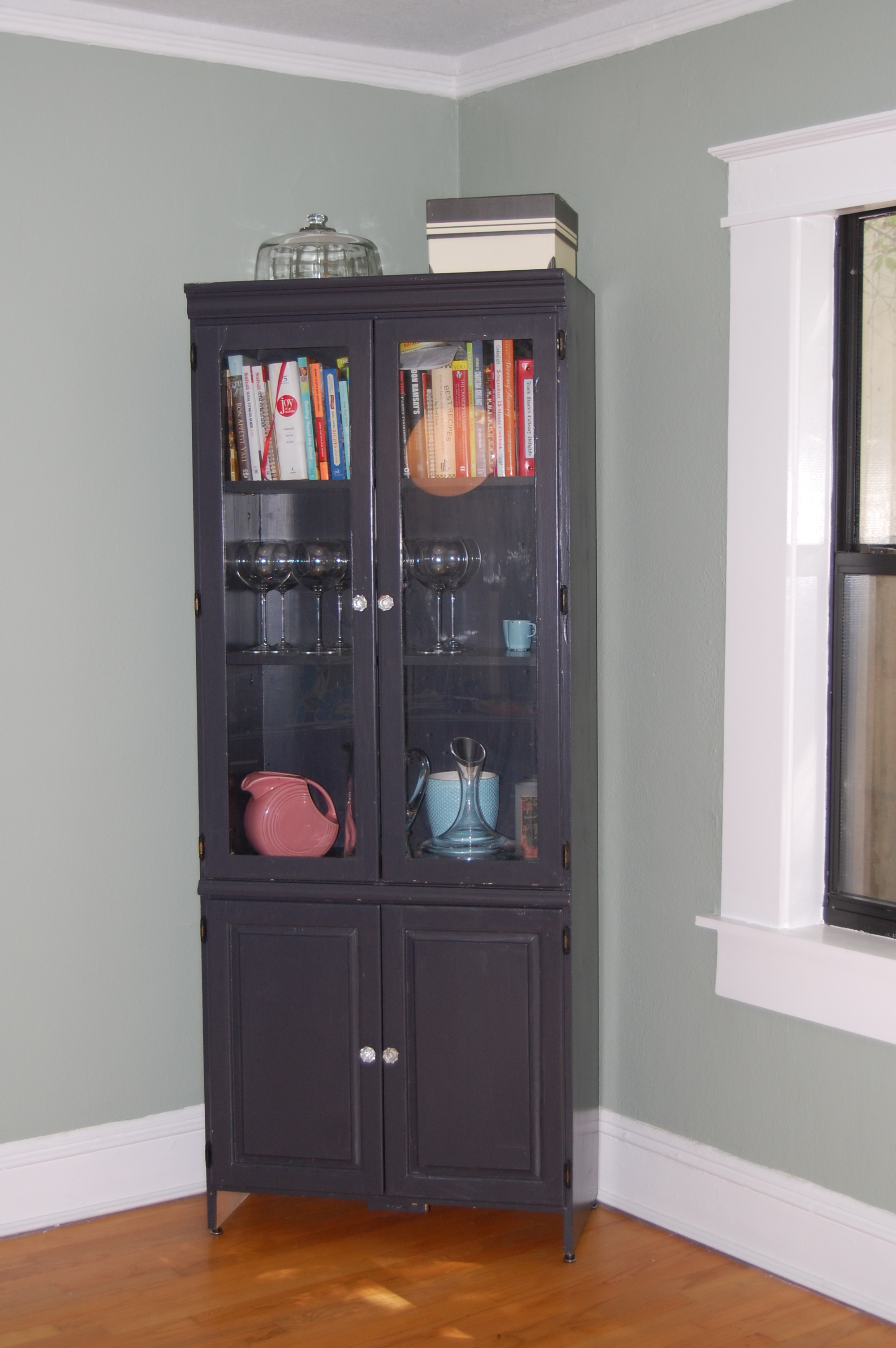 From by the street to pottery barn chic shining casa for Benjamin moore bone black